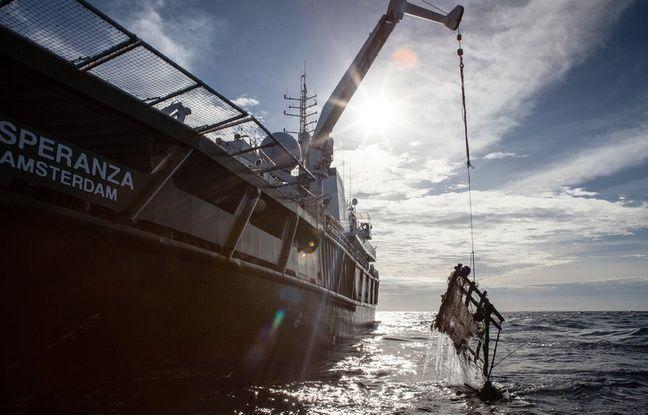 «L'esperanza», bateau de Greenpeace, remontant un DPC dans l'océan indien