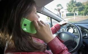 Une jeune femme au volant qui téléphone à Bordeaux.
