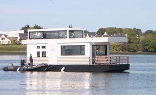 La maison flottante a quitté le port de Lorient pour rejoindre Larmor-Plage où il sera amarré.