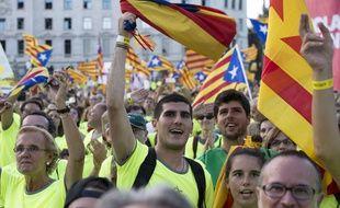 Des Catalans pro-indépendance agitent des drapeaux de la région le 11 septembre 2017 à Barcelone, jour de la fête nationale catalane.