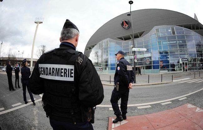 Des gendarmes devant le Parc des Princes, en 2010