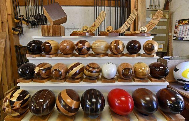 Les fameux ballons de rugby en bois de Pierre Armengaud.