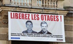 La photo de Stéphane Taponier et d'Hervé Ghesquière est affichée sur l'opéra Comédie.