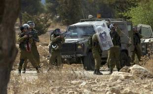 Des forces de sécurité israéliennes tirent des gaz lacrymogènes sur des manifestants palestiniens, le 2 octobre 2015 à Budrus, à l'ouest de Ramallah, en Cisjordanie