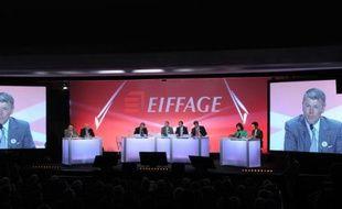 Une assemblée générale d'Eiffage avec son PDG Pierre Berger en gros plan sur écrans géants, le 17 avril 2013 à Paris