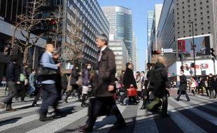 Des passants dans une rue de Tokyo, le 4 février 2015