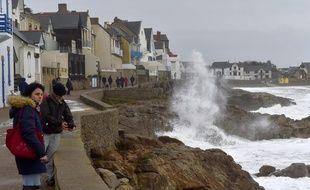 La tempête attire les curieux le 31 décembre 2017 à Batz-sur-Mer en Loire-Atlantique.