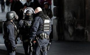 Des policier près du musée du Louvre, à Paris, le 3 février 2017.