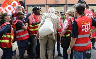 Un actionnaire de Carrefour discute avec des manifestants de la CGT, le 15 juin 2018.