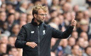 L'entraîneur allemand Jurgen Klopp sur le banc pour son premier match avec Liverpool, le 17 octobre 2015 face à Tottenham.