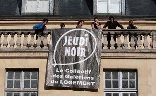 Des membres du collectif Jeudi-Noir occupent le 31 octobre 2009 un local de 2.000 m2 place des Vosges, dans le 4e arrondissement de Paris.