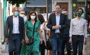 """Anne Hidalgo, maire sortante et David Belliard avec Arrnaud Ngatcha """"Paris en commun"""" et Guillaume Cot déambulent et boivent un verre dans le 9e."""
