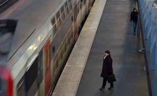 Illustration d'un RER entrant en gare de Saint-Denis Stade de France (Seine-Saint-Denis), le 26 janvier 2011.