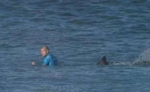 Le surfeur Mick Fanning attaqué par un requin en pleine compétition, le 19 juillet 2015.