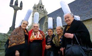 Marie Pochat (deuxième en partant de la droite) était l'une des dernières bretonnes à porter encore la coiffe bigoudène. ci en 2003 à Penmarch dans le Finistère.