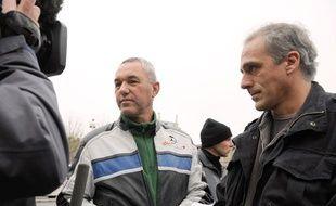 Philippe Poutou (à droite), candidat du NPA à la présidentielle 2012, à Bordeaux, le 22 décembre 2008, lors d'une manifestation pour la sauvegarde des emplois de l'usine Ford de Blanquefort, aux côtés de Francis Wilsius (au centre), secrétaire du comité d'entreprise.