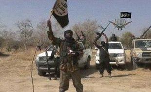 """Capture d'écran d'une vidéo diffusée le 20 janvier 2015 par Boko Haram montrant le chef du groupe islamiste, Abubakar Shekau, en train de livrer un message drapeau à la main -- RESTRICTED TO EDITORIAL USE - MANDATORY CREDIT """"AFP PHOTO / BOKO HARAM"""" - NO MARKETING NO ADVERTISING CAMPAIGNS - DISTRIBUTED AS A SERVICE TO CLIENTS --"""