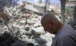 Un homme au milieu des décombres de bâtiments détruits dans un raid israélien, le 18 juillet 2014 à Gaza.