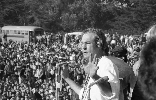Timothy Leary devant la foule du «Human Be-In», le 14 janvier 1967
