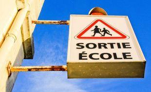 Illustration d'un panneau de sortie d'école.