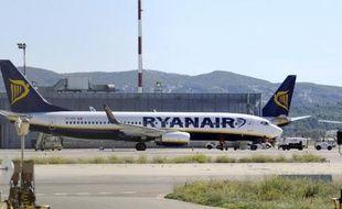 De plus en plus critiquée, la compagnie irlandaise à bas coûts Ryanair multiplie les mesures destinées à améliorer le service offert à ses passagers qu'elle cherche désormais à séduire plutôt qu'à rudoyer.