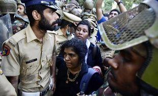 Kanaka Durga (en bas) lors de son entrée dans le temple sous escorte policière, le 2 janvier 2019.