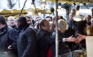 François Hollande, sur un marché parisien, le 19 février 2012.