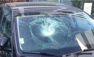 Le véhicule de police a reçu un bloc de béton au niveau du pare-brise.