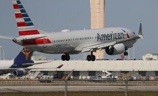 Un Boeing 737 MAX en train d'atterrir à l'aéroport de Miami.