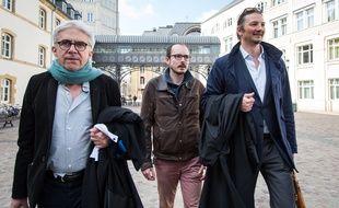 Antoine Deltour (au centre) accompagné de ses avocats, arrive à la Cour d'appel du Luxembourg, mercredi 15 mars.