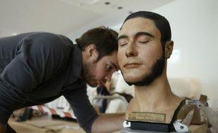 Un employé penché sur un buste au musée de l'Homme à Paris, le 13 octobre 2015