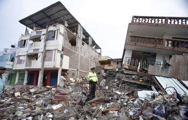 Des gravats d'un immeuble à Pedernales après le puissant séisme qui a frappé l'Equateur, le 17 avril 2016.