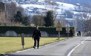 Les gendarmes sur la route de Dormessin, où réside Nordahl Lelandais, le 14 février 2018.