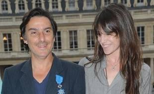 Yvan Attal et Charlotte Gainsbourg lors de la remise, au premier, des insignes de Chevalier de l'ordre national du Mérite, le 19 juin 2013 à Paris.