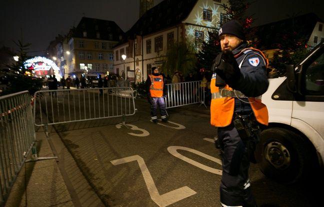 Des policiers filtrent les accès du marché de Noël de Strasbourg