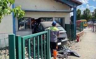 La voiture a défoncé le mur d'une classe, inoccupée à ce moment là.