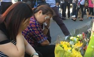 La femme et la sœur de Chaolin Zhang se sont recueillies, un an après sa mort à Aubervilliers.