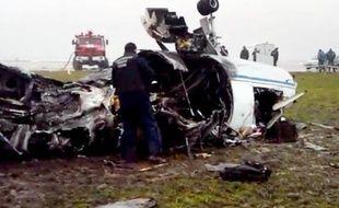 Image tirée d'une vidéo du Comité d'investigation russe montrant un enquêteur près de la carcasse de l'avion dans lequel a péri le PDG de Total Christophe de Margerie à Vnukovo, près de Moscou, le 21 octobre 2014