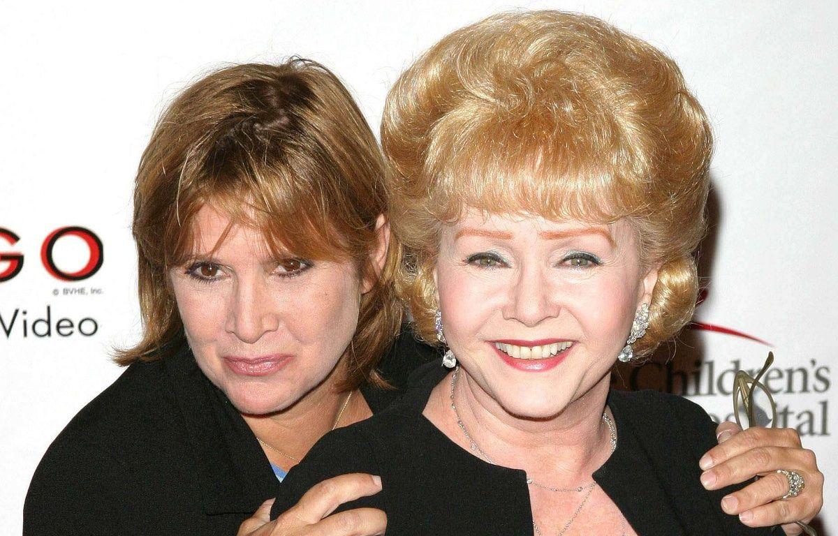 Debbie Reynolds (à droite) et sa fille, Carrie Fisher, lors d'un défilé de charité à Beverly Hills, le 19 août 2003. – Tim Goodwin/STAR MAX/IPx/AP/SIPA