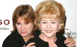 Debbie Reynolds (à droite) et sa fille, Carrie Fisher, lors d'un défilé de charité à Beverly Hills, le 19 août 2003.