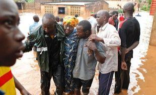 La capitale malienne, Bamako, était encore vendredi la proie de spectaculaires inondations dues à des pluies torrentielles tombées la veille, qui ont fait 34 morts et laissé sans abri des milliers de personnes.
