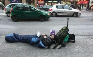 Un sans-abri dans les rues de Paris (illustration)