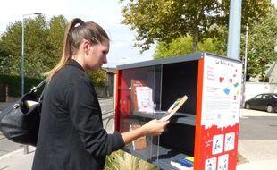 Le 30 septembre 2014, Vénissieux. Pour favoriser l'acces à la lecture, le Fonds Decitre a installé trois boîtes à lire dans des quartiers de Vénissieux, comme ici devant le centre social Moulin à Vent. Chacun peut retirer ou déposer un livre qu'il a aimé.