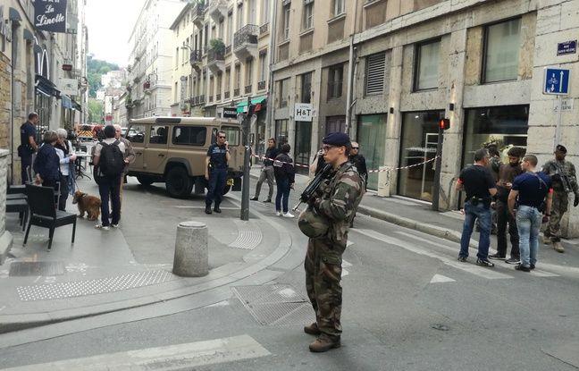 La rue a rapidement été évacuée et bouclée par les forces de l'ordre.