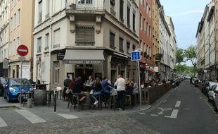 De nombreux groupes n'ont pas hésité à passer leur soirée vendredi sur des terrasses situées près du lieu de l'explosion.