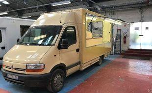 L'un des deux camions qui serviront à distribuer les repas aux migrants.