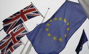 Les drapeaux britannique et européen côte à côte.