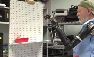 Leslie Baugh, amputé voilà 40 ans, utilise ses deux bras bioniques