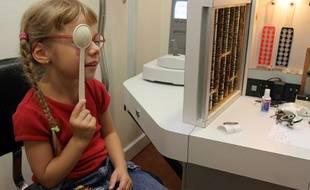 Une fillette lors d'une consultation avec un ophtalmologue.