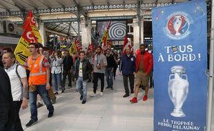 Les opposants à la loi Travail le mercredi 08 juin à la Garde du Nord, pour accueillir le Train de l'Euro.